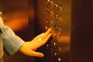 Лифт в Дмитрове обезглавил 20-летнюю мать на глазах у детей