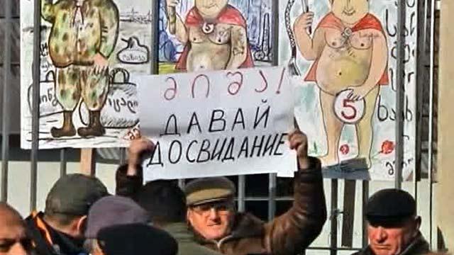 Президенту Грузии Михаилу Саакашвили устроили «коридор позора», но он через него не пошёл