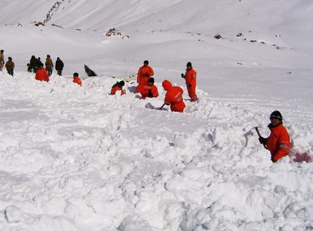 Из четырех российских альпинистов, попавших под лавину в Грузии, выжил только один