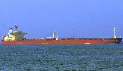 Японское судно готовится к спасению моряков с дрейфующего российского танкера