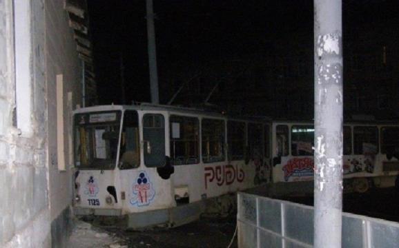 Во Львове злоумышленник угнал трамвай и врезался на нём здание
