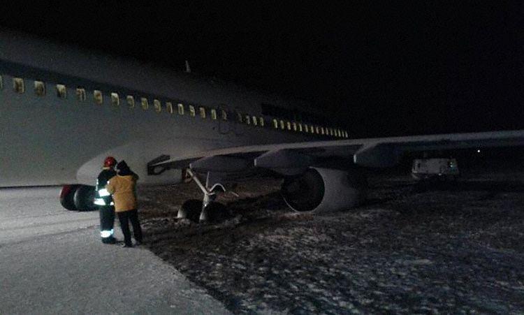 В Польше «Boeing 737» застрял в грязи
