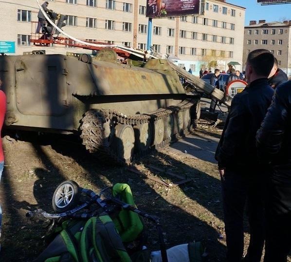 На Донбассе БМД наехал на людей. Погибла девочка Новости мира Репортер - самые свежие новости Украины