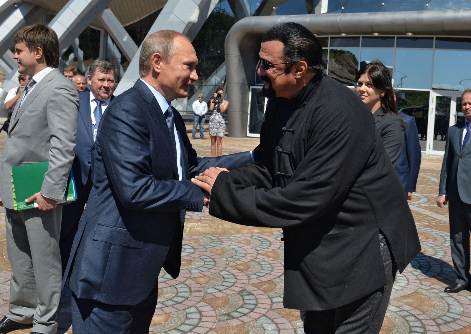 В Кремле прокомментировали получение Стивеном Сигалом российского паспорта