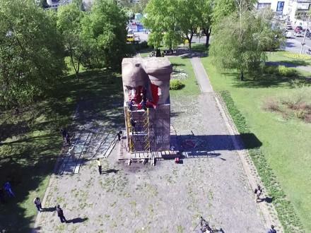 Неизвестные активисты разрисовали памятник чекистам в Киеве