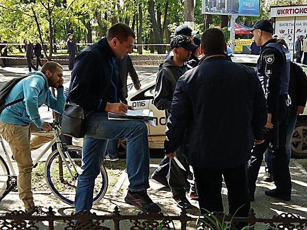 Полиция сообщает о смерти двух мужчин рядом с домом Профсоюзов