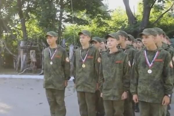 Луганских школьников в лагере Министерства обороны РФ учили стрелять из огнестрельного оружия