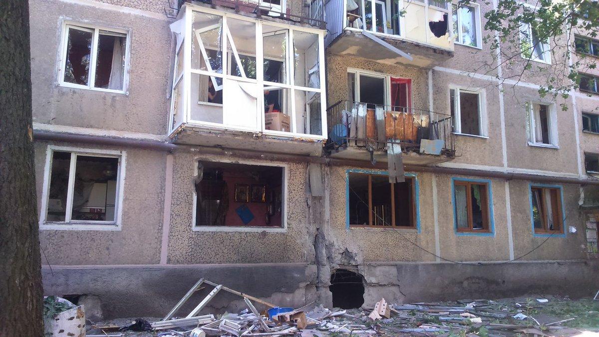 Появились снимки результатов обстрела улицы Бирюзова в Донецке