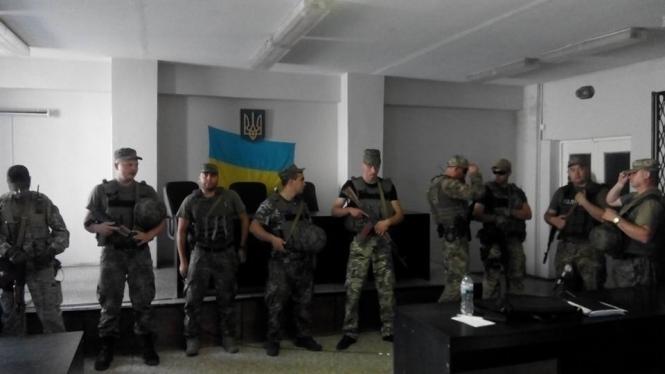 В суде Мариуполя на слушании дела об убийстве сотрудника СБУ произошли столкновения