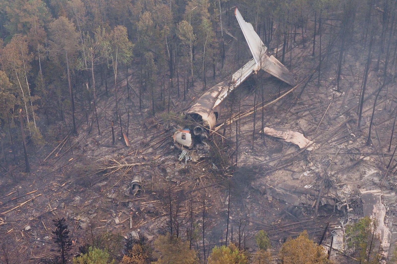 В России на месте падения самолета спасателей обнаружили тела восьми погибших (видео)