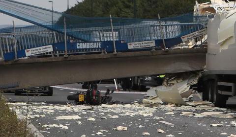 В Великобритании на автостраду упал пешеходный мост