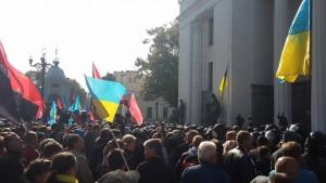 Под ВР произошли столкновения митингующих с полицией