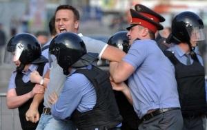 Навального задержала полиция возле его дома