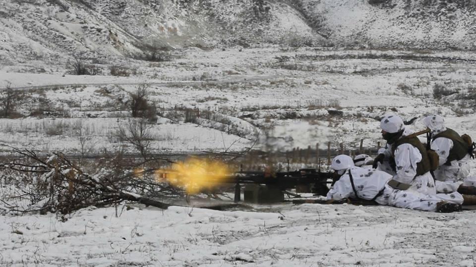 Боевики обстреляли в серой зоне автобус с гражданскими