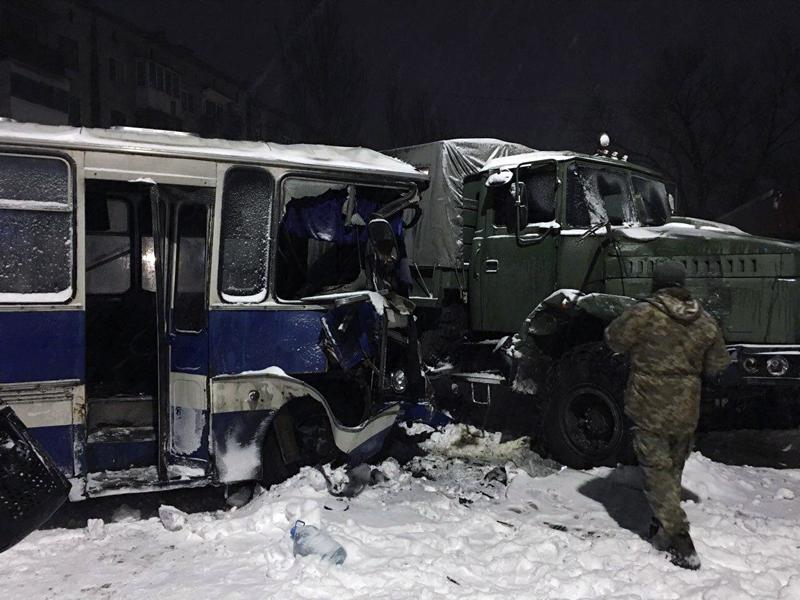 В результате столкновения военного автомобиля и автобуса пострадали 8 человек