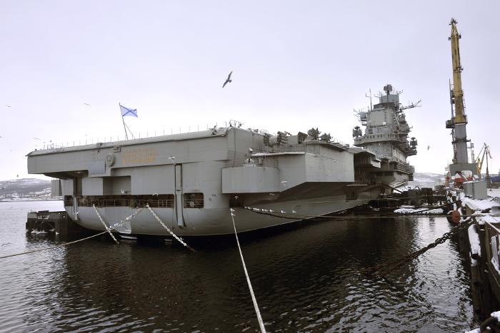 В России на авианосец «Адмирал Кузнецов» упал кран