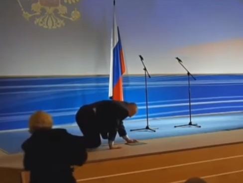 Жириновский упал на сцене на четвереньки