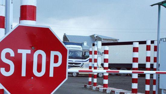 Украина ограничила выезд иностранцев на Донбассе из-за ВП