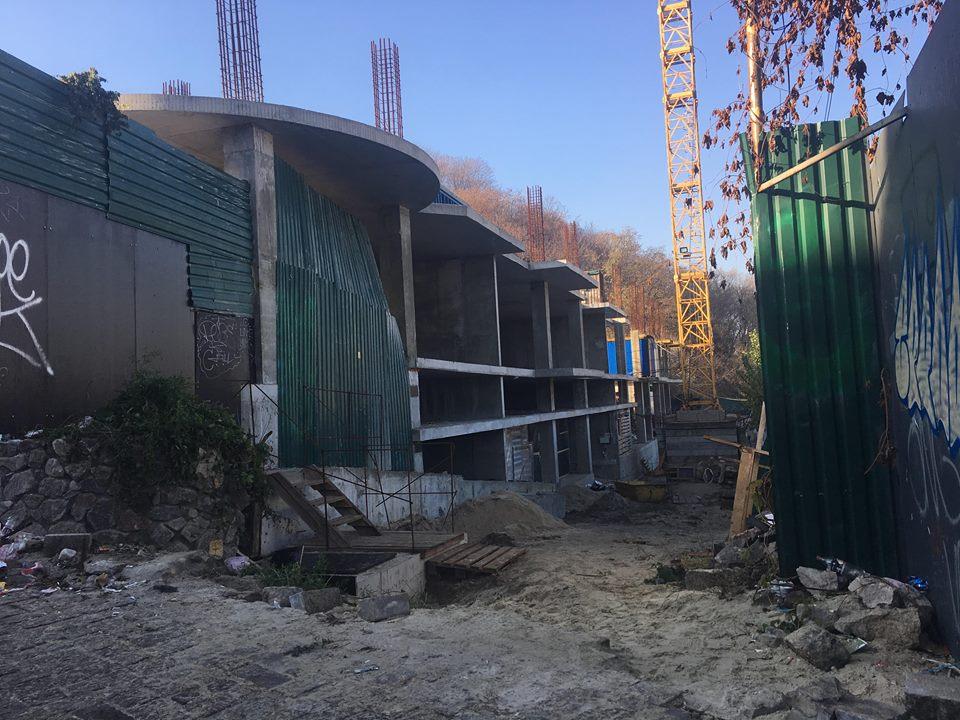 В Киеве на Андреевском спуске на стройплощадке были взорваны петарды