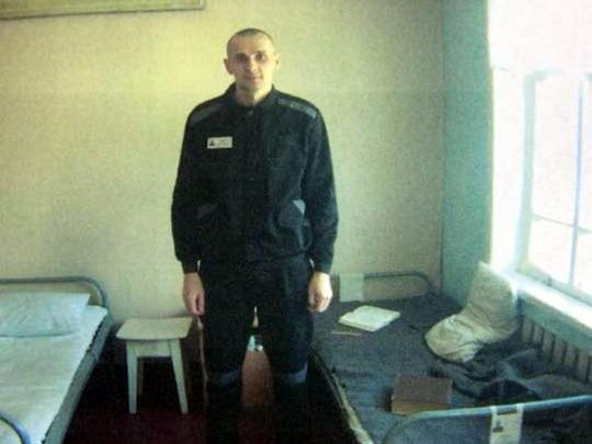 Олега Сенцова переводят из медицинской части