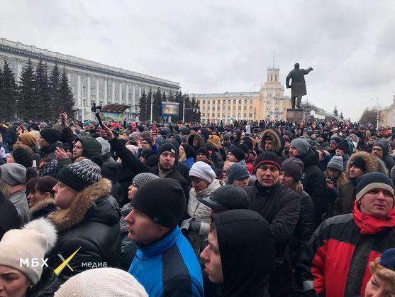 В Кемерово проходит стихийный митинг с требованием отставки губернатора