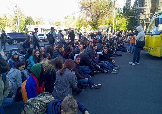 В результате массовых протестов в Ереване пострадали люди