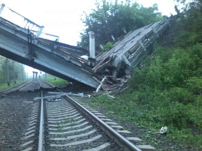 На Донбассе взорван важный для боевиков мост