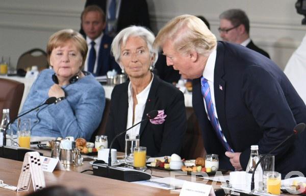 На саммите Трамп швырнул Меркель конфеты