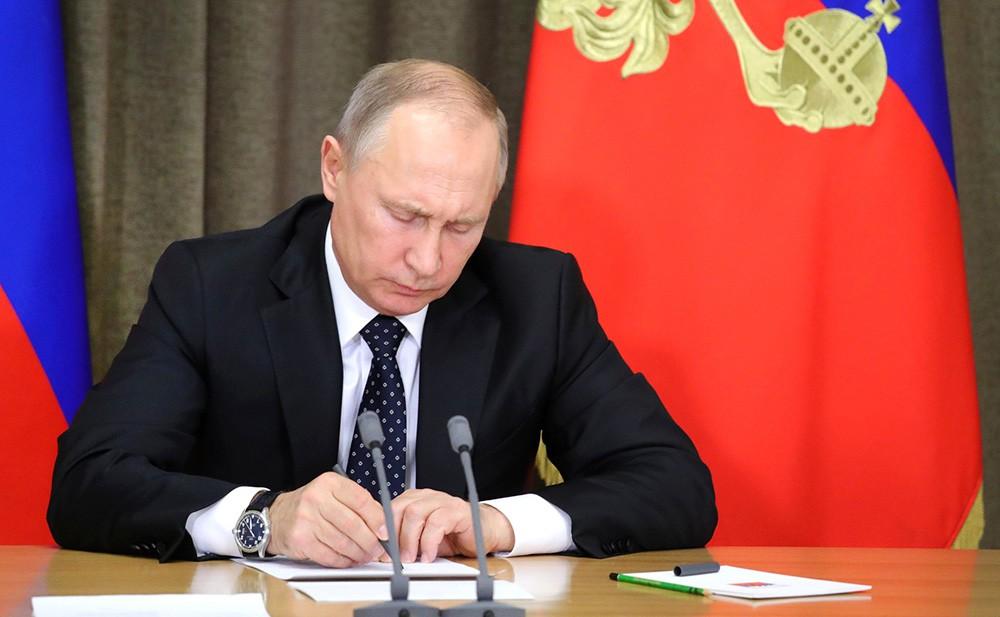 Президент России подписал закон о наказании за лживые новости