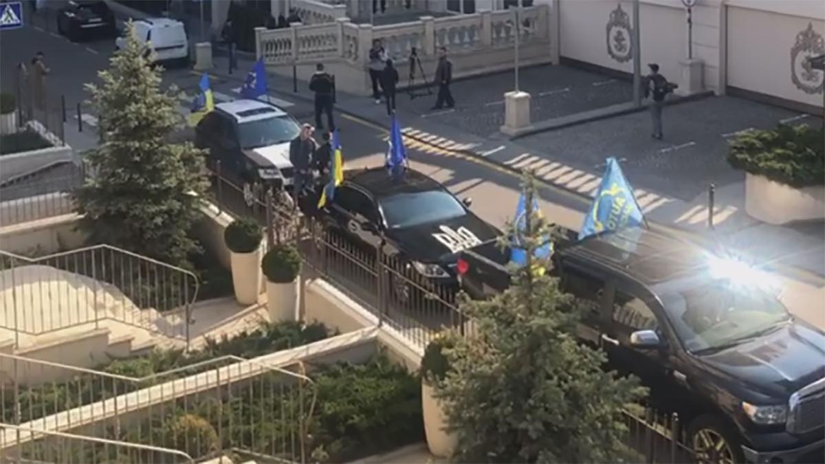 Под офис Зеленского приезжал якобы Автомайдан и требовал сдачи анализов