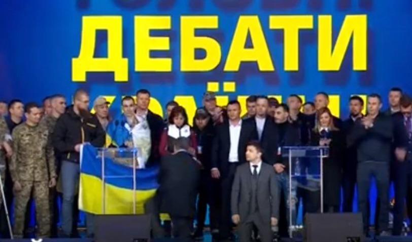 Порошенко и Зеленский встали на колени в знак уважения к родным погибших на Донбассе