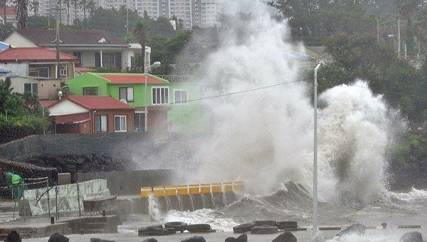 В Японии объявлена эвакуация из-за ливней и тайфунов