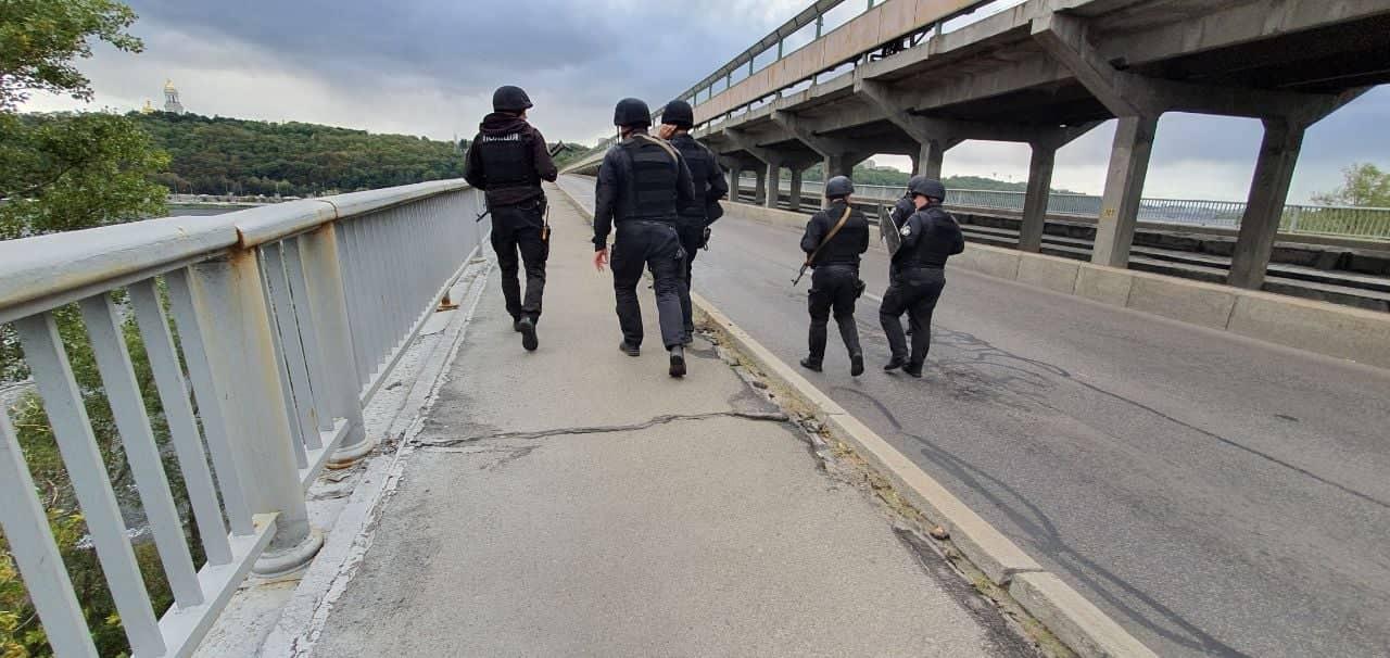 В Киеве неизвестный мужчина перекрыл мост и угрожает людям