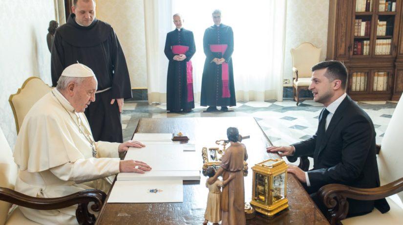 Зеленский попросил помощи у Папы Римского
