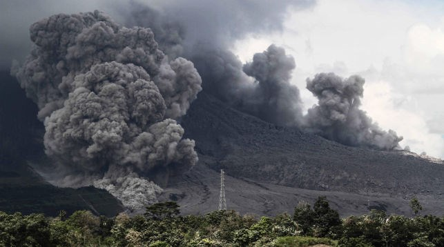 В Индонезии происходит извержение вулкана